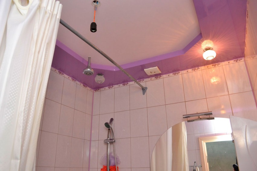 Натяжной потолок в ванной: плюсы, минусы и советы по выбору лучших идей применения в дизайне интерьера (115 фото)