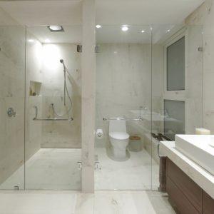 Стекло для ванной: преимущества использования, основные недостатки и рекомендации по выбору стеклянных элементов для ванной (125 фото)